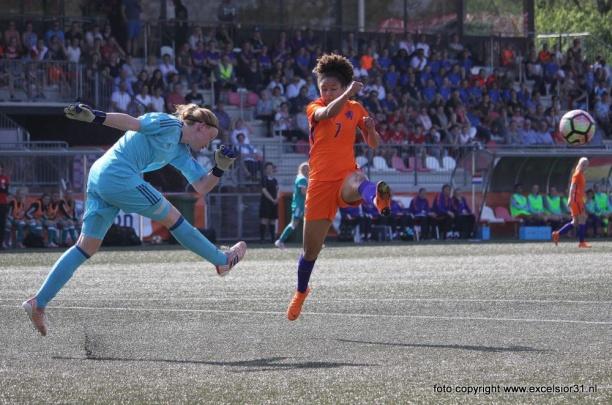 Weekjournaal met vrouwenvoetbal, Amanuel Isa, Boy Boeloerditi & zaalvoetbal
