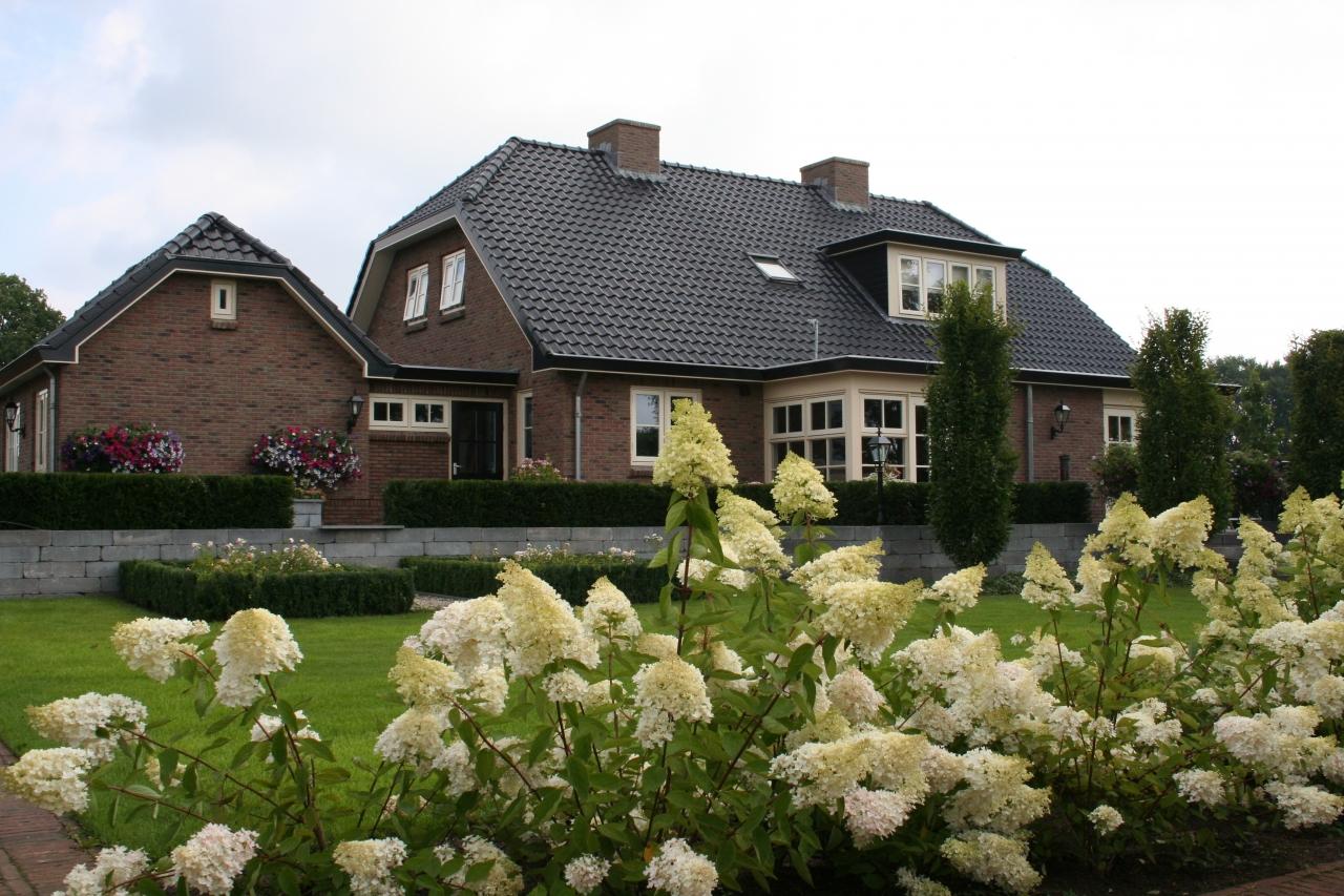 Foto van Grote landelijke tuin met romantische uitstraling