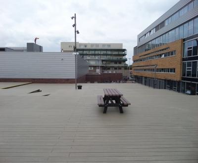 Afbeelding bij Houten speeldek Haarlem College Haarlem