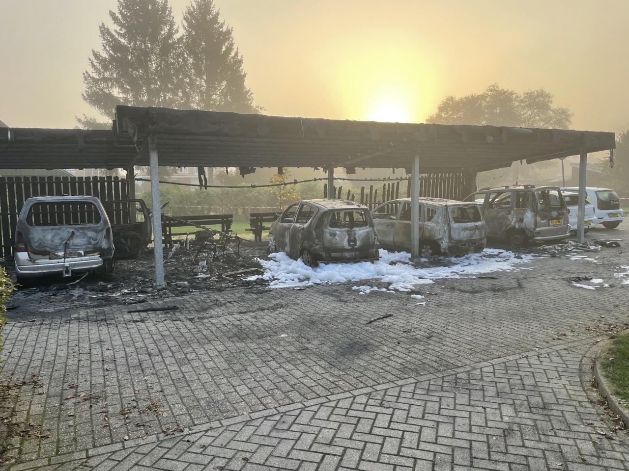 Carport met auto's volledig uitgebrand