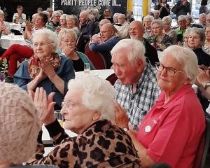 Cliënten genieten van optreden