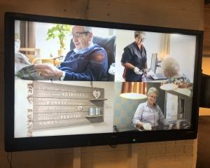 Afbeelding bij TV-scherm in de hal