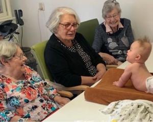 Een baby in bad in de Vriezenhof ?!