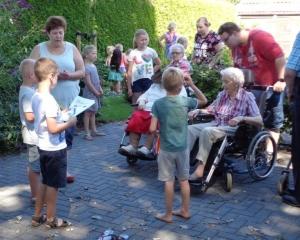 Kinderen Dukkie op bezoek bij bewoners Vriezenhof