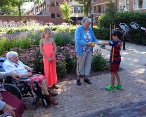 Afbeelding bij Kinderen Dukkie op bezoek bij bewoners Vriezenhof